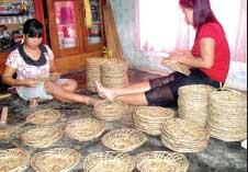 TELATEN: Dua ibu rumah tangga sibuk menganyam lidi menjadipiring di Dusun Pereng, Desa Paspan, Kecamatan Glagah.