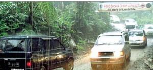 RAMAI: Kendaraan melintasi jalan di lereng Gunung Ijen saat diguyur hujan siang kemarin.