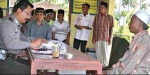 KLARIFIKASI: Rombongan keluarga Zainul Farid dipimpin KH. Nurul Islam saat tiba di Mapolsek Glenmore.