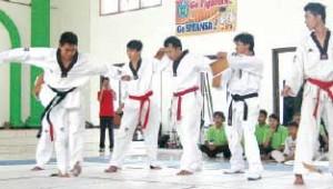 BERLATIH: Atlet taekwondo di arena Kejurkab beberapa waktu lalu.