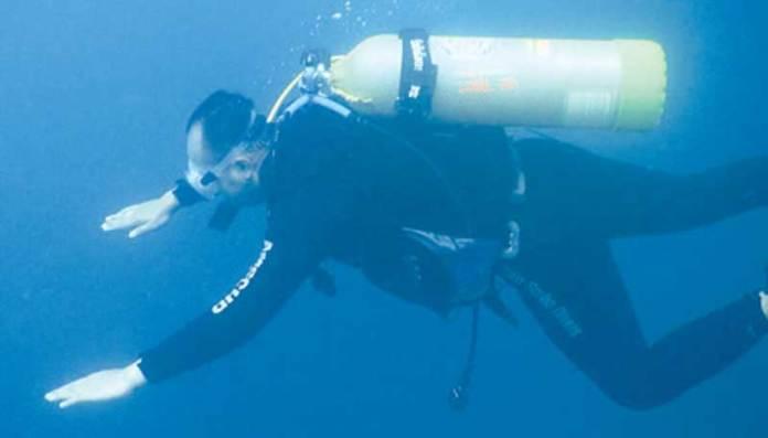 Danlanal-Letkol-Laut-(P)-Wahyu-Endriawan-ikut-menyelam-ke-dasar-laut-untuk-mencari-keberadaan-korban-kapal-yang-tenggelam.