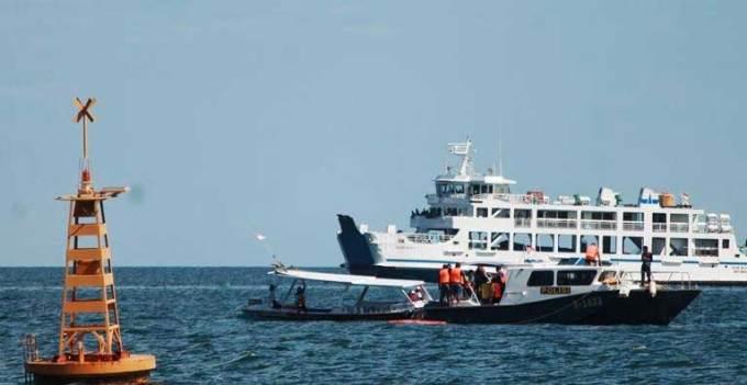 Kapal-Polisi-X-1033-milik-Satpolair-Polres-Banyuwangi-tengah-memimpin-evekuasi-korban-KMP-Rafelia-2