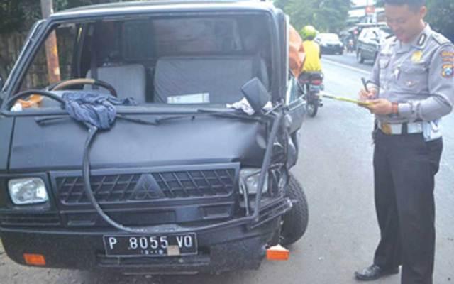 Polisi-memeriksa-mobil-pikap-L300-di-lokasi-kejadian-jalan-simpang-tiga-Desa-Labanasem,-Kecamatan-Kabat,-Banyuwangi,-kemarin