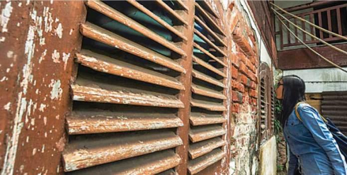 Salah-satu-angota-ekspedisi-mengintip-melalui-celah-celah-Jendela-di-bangunan-yang-saat-ini-digunakan-sebagai-Datasemen-Kecaman-Tentara-(DKT).