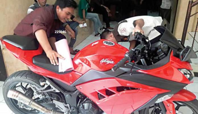 Sepeda-motor-Kawasaki-Ninja-warna-merah-molik-Satria-diamankan-di-Mapolres-Banyuwangi.