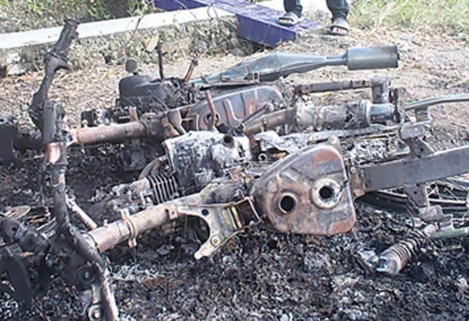 Dua-sepeda-motor-milik-pelaku-pencurian-jeruk-di-Dusun-Mojoroto-Desa-Kecamatan-Tegalsari-hangus-dibakar-massa-kemarin