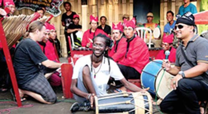 Wisatawan-dari-Senegal-menabuh-kendang-dalam-pembukaan-Oseng-Culture-Festival-di-Desa-Banjar,-kemarin