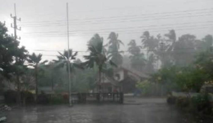 Hujan-Deras-disertai-Angin-Kencang-Melanda-Banyuwangi