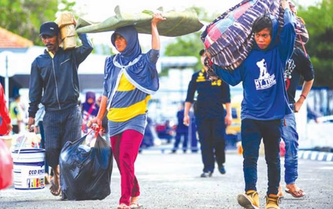 Pemudik-tujuan-Sapeken-menuju-KM-Sabuk-Nusantara-56-di-Pelabuhan-Tanjung-Wangi,-kemarin.