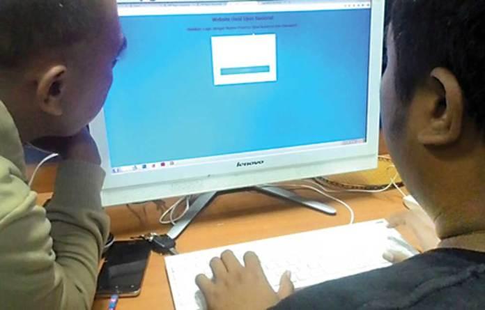 Siswa-dan-keluarga-melihat-pengumuman-kelulusan-SMP-via-internet-kemarin