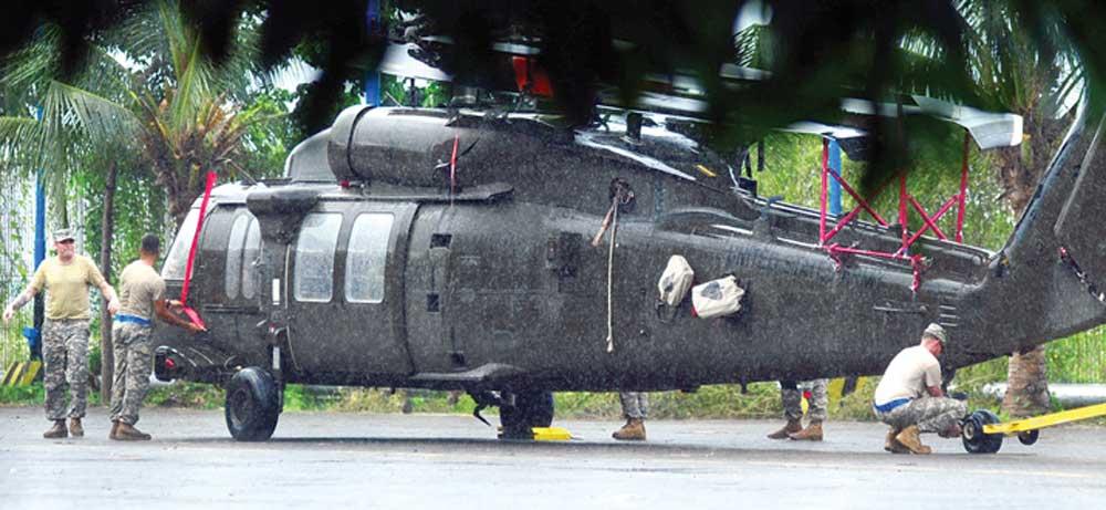 Heli-milik-US-Army-diturunkan-dari-kapal-MV-Intermarine-Ocean-Glory-yang-sandar-di-Pelabuhan-Tanjung-Wangi-kemarin