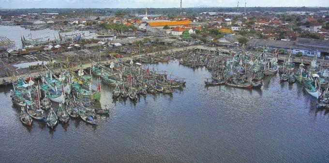 Kapal-dan-perahu-milik-nelayan-berjubel-di-sekitar-pelabuhan-Muncar-kemarin.