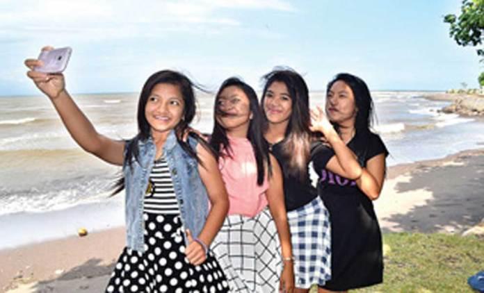 Putri-Larasati-(kiri)-selfie-bersama-teman-temannya-di-tepi-Pantai-Blibis,-Desa-Patoman,-Kecamatan-Rogojampi,-kemarin