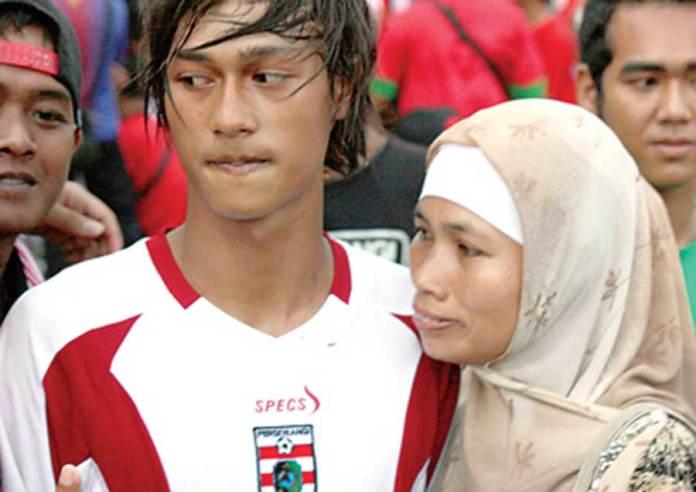 Andi-Wijaya-memeluk-ibunya-usai-laga-melawan-Timnas-U-19-di-Stadion-Diponegoro-2014-lalu