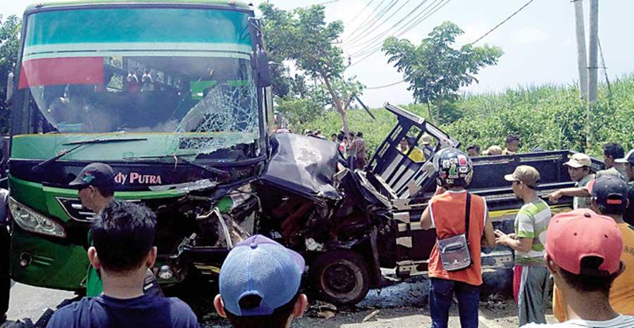 Bodi-pikap-Mitsubishi-L-300-remuk-dan-menempel-pada-bus-Sandy-Putra-di-jalan-raya-Desa-Bangsring,-Kecamatan-Wongsorejo,-Banyuwangi,-kemarin.