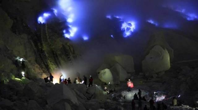 Kaesang-Pangarep-Nikmati-blue-fire-Gunung-Ijen