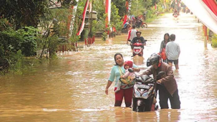 Pengendara-motor-harus-menuntun-kendaraannya-saat-melewati-Jembatan-Sanggawae,-Dusun-Silirbaru,-Desa-Sumberagung.