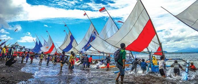 Sebanyak-50-perahu-layar-beradu-cepat-dari-Pantai-Bulusan-menuju-Pantai-Gilimanuk-dan-kembali-finish-di-Pantai-Bulusan,-kemarin
