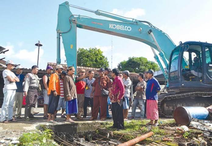 Warga-Dusun-Tratas,-Desa-Kedungringin,-Kecamatan-Muncar,-Banyuwangi,-memprotes-saluran-air-yang-menyempit-di-pabrik-CV.-Sumber-Asia-kemarin.