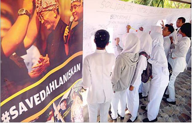 mahasiswa-mahasiswi-stikes-banyuwangi-membubuhkan-tanda-tangan-pada-kain-putih-sebagai-bentuk-dukungan-kepada-dahlan-iskan