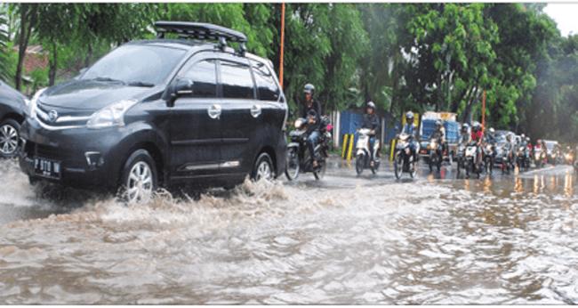 ruas-jalan-yos-sudarso-di-lingkungan-tanjung-kelurahan-klatak-kalipuro-digenangi-air-saat-hujan-lebat-sore-kemarin