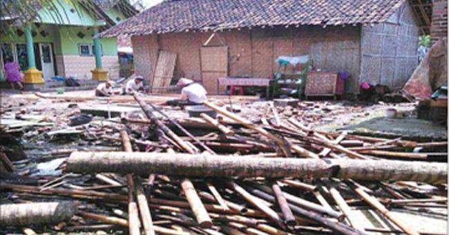 rumah-milik-juwariyah-rata-dengan-tanah-setelah-tertimpa-pohon-kelapa-di-dusun-rumping-desa-plampangrejo-kecamatan-cluring-banyuwangi-kemarin