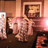 sejumlah-model-pulau-dewa-mengenakan-batik-banyuwangi-pada-pergelaran-busana-berkain-kcbi-di-hotel-trans-resort-bali-pekan-lalu