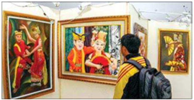 seorang-pengunjung-melihat-lukisan-di-gedung-wanita-paramita-kencana