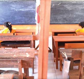 siswa-kelas-v-dan-vi-sdn-5-singojuruh-mengikuti-ujian-dengan-menempati-satu-ruangan-yang-disekat-tripleks-kemarin