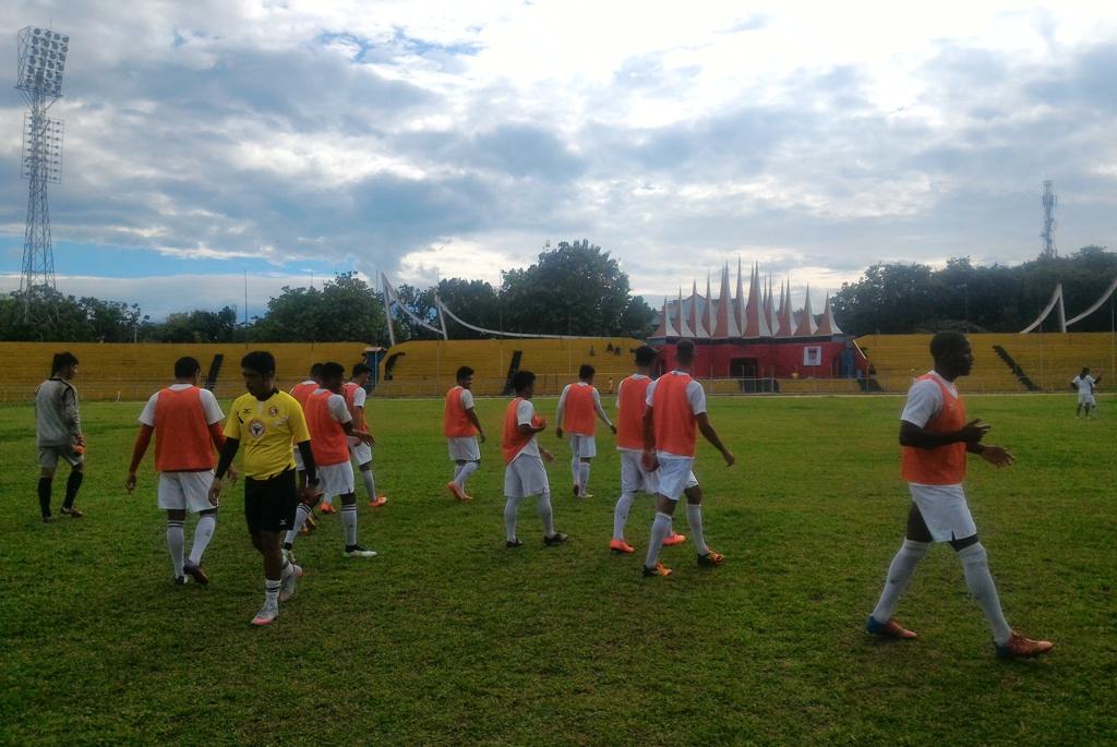 Sesi Latihan Semen Padang FC di Stadion GOR H Agus Salim, Padang, Rabu (17/2). Foto : Ikhwan