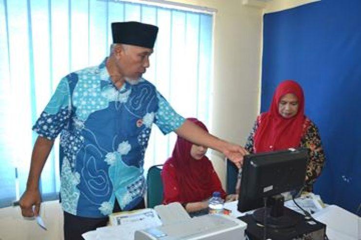 Walikota Padang, Mahyeldi Ansarullah saat melakukan di Disdukcapil Kota Padang. Foto : Istimewa