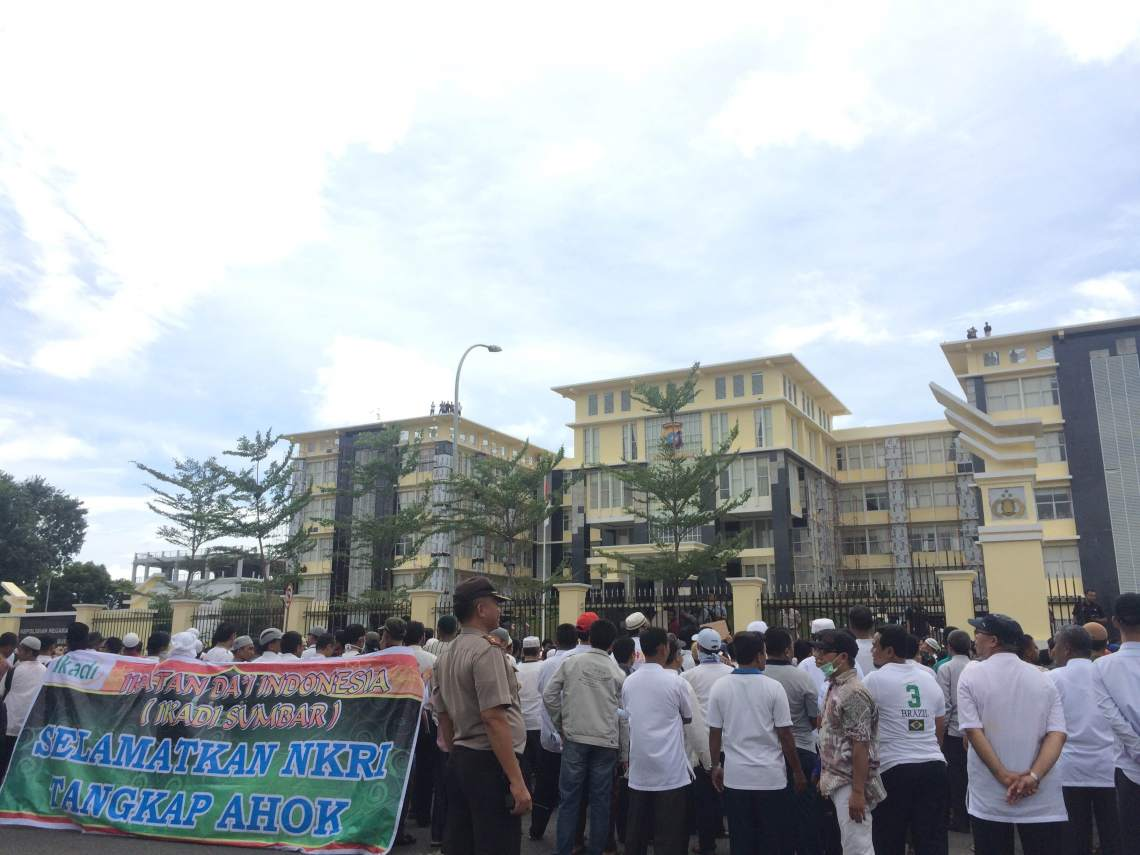 Aksi Damai #TangkapAhok didepan Mapolda Sumatera Barat, Kota Padang, Rabu (3/11/2016). Foto : Istimewa