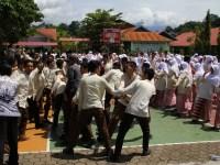 Mannequin Challenge siswa dan guru MAN 2 Padang. Foto : Istimewa