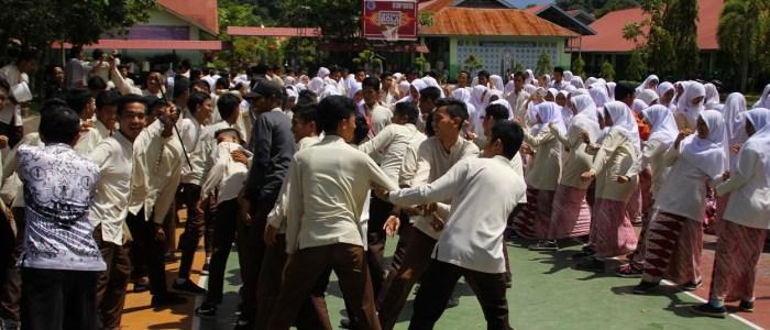 Cara Unik Siswa MAN 2 Padang Peringati Hari Guru