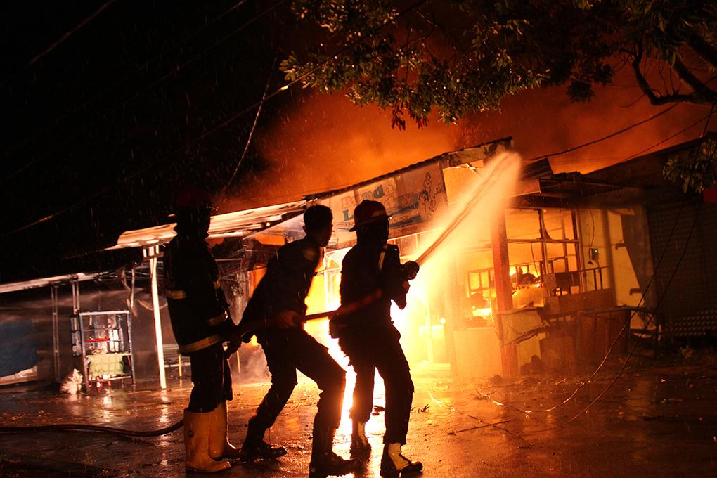 Ilustrasi/Petugas pemadam kebakaran Kota Padang, Sumatera Barat berusaha memadamkan api, yang menghanguskan empat Rumah Toko, di Padang Pasir, Kecamatan Padang Barat, Sumatera Barat, Selasa dini hari (27/6/2017). Sumber Photo.Instagram @tanharimage