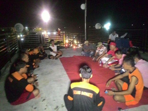 relawan Padang Baywatch saat bersua dengan Wako Padang Mahyeldi Ansharullah di menara pemantau pantai padang. Kabarpadang/Aldo