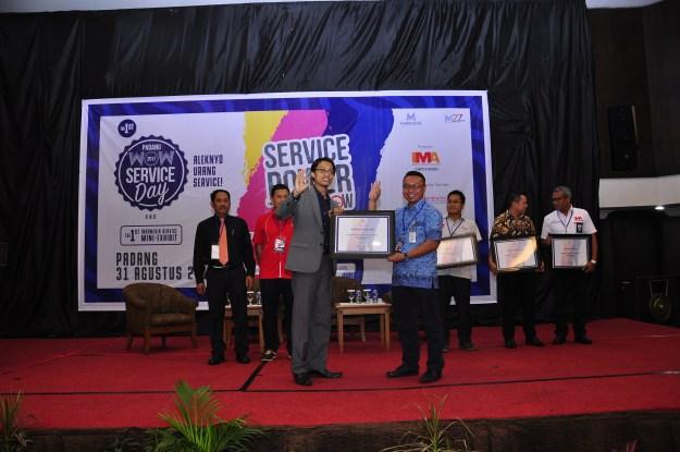 Branch Manager Blue Bird Padang Achmad Suhandi saat menerima penghargaan MarkPlus.Inc di Hotel Bumiminang, Kota Padang, Sumatera Barat, Kamis (31/8/2017)