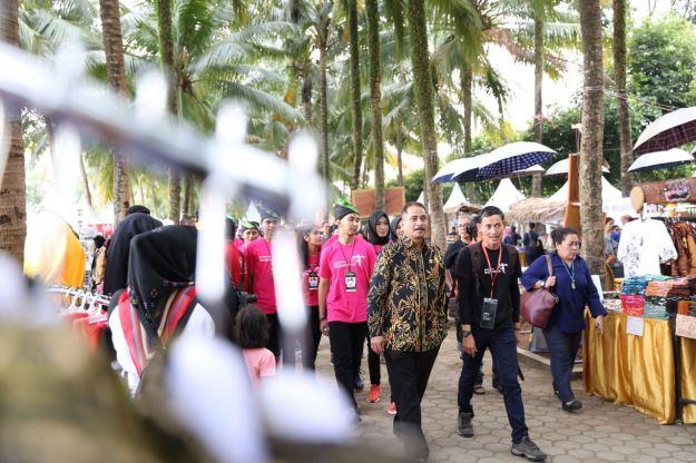 Peninjauan stand pameran JFC 2017 oleh Menteri Pariwisata, Bapak Arief Yahya di Alun-alun Jember, Jawa Timur. Sabtu (12/8/2017)