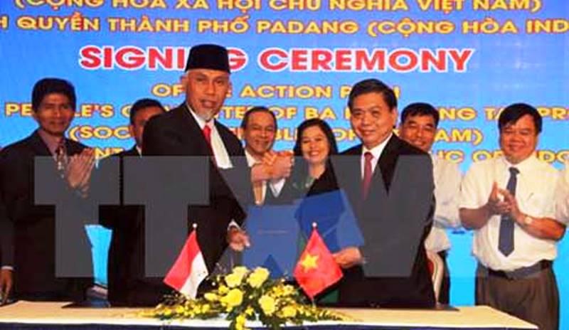 Penandatanganan nota kesepahaman oleh Wakil Ketua Rakyat Provinsi Ba Ria Vung Tau, Le Quoc, dan Walikota Padang Mahyeldi (ist)