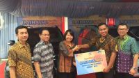 Direktur Marketing PT Astra Daihatsu Motor, Amelia Tjandra menyerahkan secara langsung pemenang Daihatsu Setia wilayah Sumatera di Dealer Daihatsu Cabang Padang, Senin (28/8/2017).