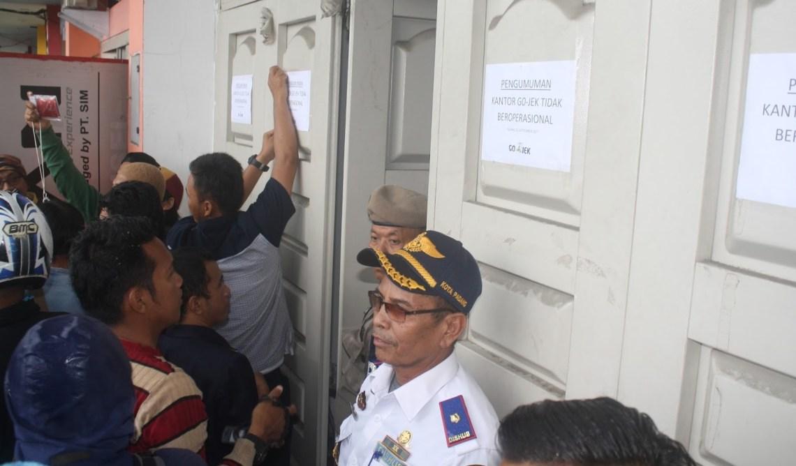 Dinas Perhubungan Kota Padang melakukan penutupan operasional Kantor GoJek perwakilan Padang. Foto : Istimewa