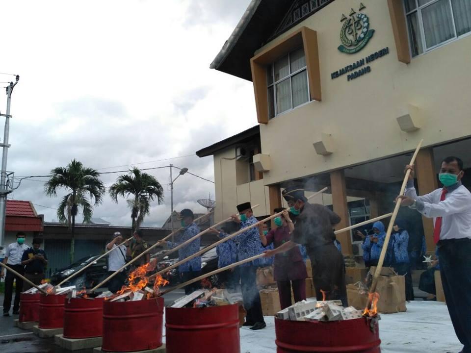 Pemusnahan dilakukan oleh Kejari dan BNK Kota Padang di Kantor Kejaksaan Negeri Padang, Kota Padang, Rabu.