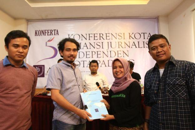 Konferensi Kota Aliansi Jurnalis Independen (AJI) Padang dalam menetapkan Ketua dan Sekretaris baru untuk periode 2018 hingga 2021 di Hotel Bunda Padang, Sabtu (21/1/2018). Foto : Istimewa