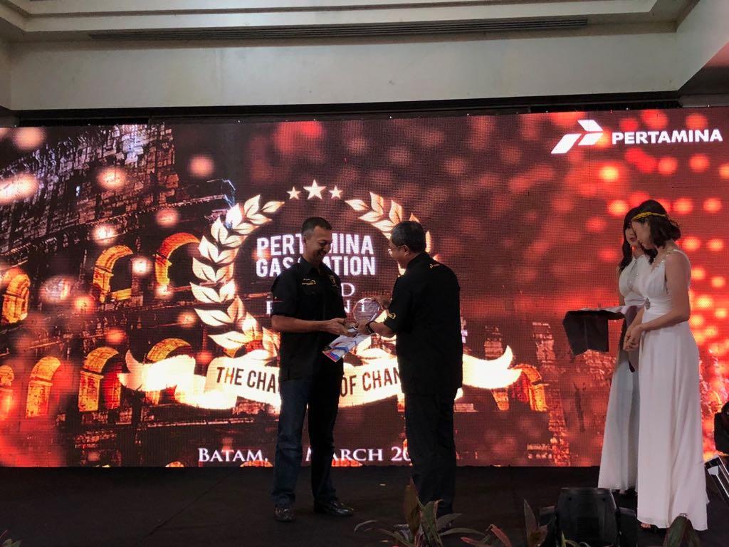 General Manager PT Pertamina MOR I, Erry Widiastono menyerahkan penghargaan dalam Pertamina MOR I Gas Station Award 2018 di Turi Beach Resort, Batam, Selasa (27/3/2018).