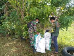 Jalin Keakraban, Satgas TMMD Regtas Ke 111 Kodim 1202/Singkawang Bantu Pengepul Barang Bekas