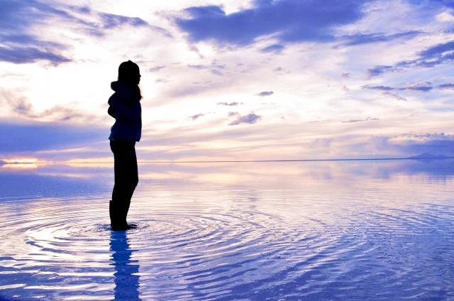 ウユニ塩湖と女性のシルエット