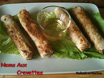 Recette des nems aux crevettes servi avec du nuoc mam et de la salade