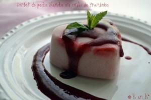 Dessert du sorbet de pêche blanche au coulis de framboise