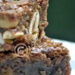 Dessert du brownie au chocolat praliné, cacahuètes caramélisés