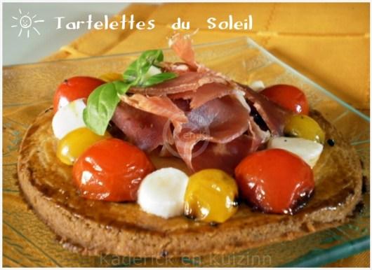 Recette mini tartelette tomates cerises bio, mozzarella et jambon de pays pour une entrée servi avec une feuille de basilic